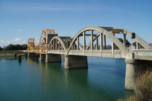 1200px-Sacramento_River_drawbridge_near_Isleton_California_in_2007-1024x683